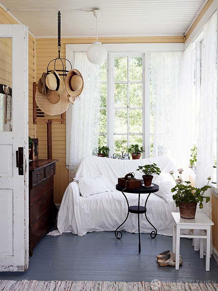 Keltainen talo rannalla: Valkoista, romanttista ja rustiikkia