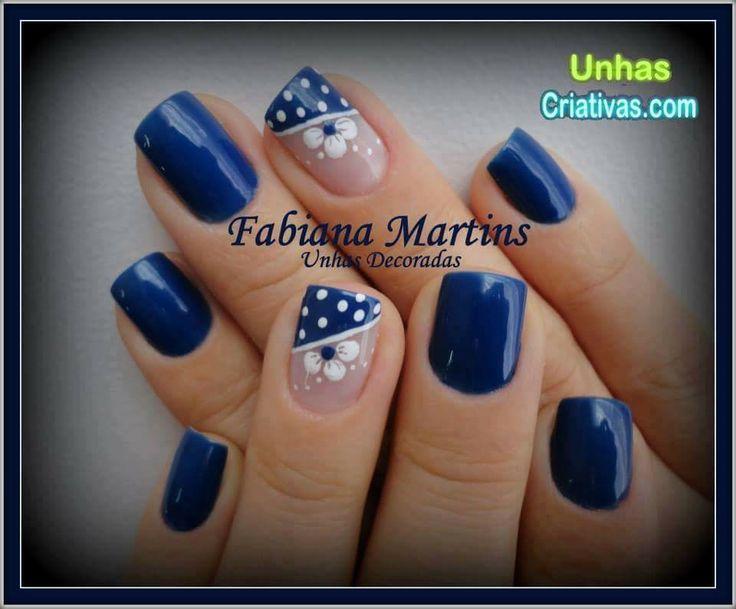 uñas azules flor blanca y puntos