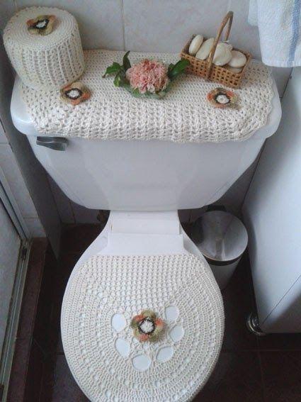 """Un juego tejido de tres piezas para el baño, es la propuesta para este """"tejihogar"""". En algodón color crudo y adornado con flores tejidas..."""