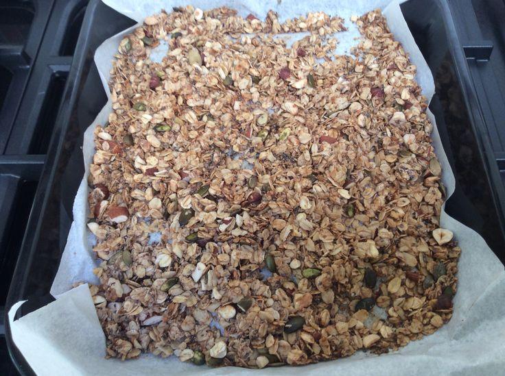 Granola 3el gesmolten kokosvet, 350g havervlokken, 100g gemengde noten (gehakt), 4el chiazaad, 4el pompoenpitten, 1el kaneel, 2el honing, 100g gedroogd fruit (bosbes, vijgen,...) Recept uit 'Goed Gevoel'. Heerlijk ontbijt!