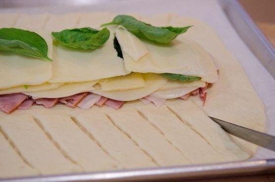 Простое стомболли - итальянская выпечка  Ингредиенты: Тесто для пиццы 8-10 кусков ветчины 8-10 кусков салями 8-10 кусков пепперони 4-6 кусков твердого сыра 4-6 кусков моцареллы 8-10 листов базилика 1 столовая ложка оливкового масла 1 чайная ложка орегано соус маринара  Приготовление:  1. Духовку нагрейте до 200 градусов. 2. Раскатайте тесто для пиццы в прямоугольник и выложите его на противень, застеленный бумагой для выпечки. 3. Выложите первым слоем, чередуя, ветчину, салями и пепперони…