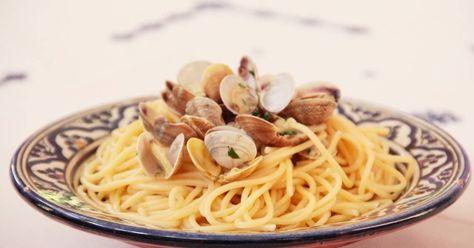 Fabulosa receta para Spaghetti alle vongole o espaguetis con almejas. Hoy toca spaghetti alle vongole o espaguetis con almejas. Nuestra receta de hoy es italiana, la aprendí hace más de 25 años cuando viví en Roma por algún tiempo. Los italianos comen pasta todos los días, si no la comen al medio día lo hacen por la noche. La pasta es un alimento muy rico en hidratos de carbono que proporcionan la energía que necesita el organismo para mantener su metabolismo basal y para desarrollar…