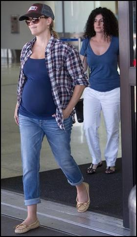 Love this country casual look on Reese. One can't be glam 24/7!: Celebrity Moms, Glam 24 7, Country Woman, Country Casual, Celebrity Pregnancy, Casual Looks, Pregnancy Fashion