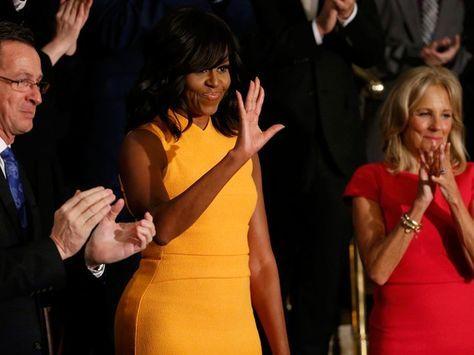 A primeira-dama dos EUA, Michelle Obama, acena durante o discurso do Estado da União, ao lado do governador de Connecticut, Dannel Malloy, e da mulher do vice-presidente, Jill Biden (Foto: Reuters/Jonathan Ernst)
