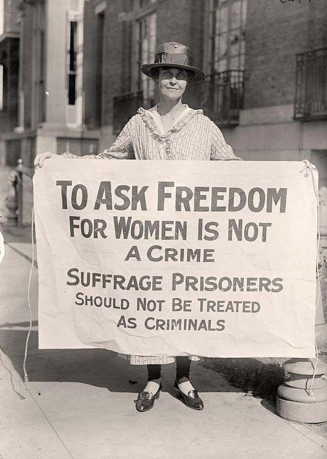 """Una activista del sufragio femenino protestando después de """"La Noche del Terror."""" [1917]"""