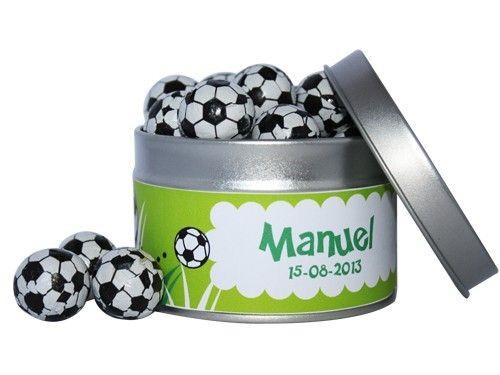 Deliciosas chocolatinas en forma de balones de fútbol en lata personalizada con el nombre de tu hijo/a, la fecha de la comunión e incluso su foto, un detalle ideal para los niños más futboleros invitados a la comunión. Cada lata contiene 15 balones de futbol echos de un delicioso chocolate con leche, recubiertos de papel de aluminio con el diseño propio de una pelota de futbol en colores variados. [€1,77]