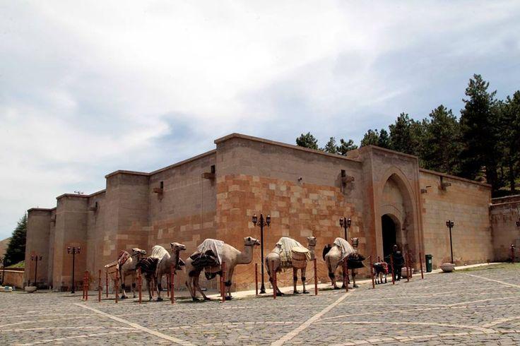 Birleşmiş Milletler Eğitim, Bilim ve Kültür Örgütü (UNESCO) Dünya Mirası Geçici Listesi'nde yer alan Kahramanmaraş'taki Eshab-ı Kehf Külliyesi, yerli ve yabancı ziyaretçilerini bekliyor.