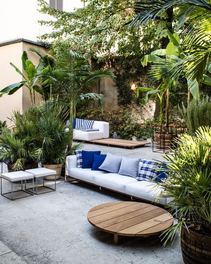 """J A R D I N // """"È un giardino verde che ha lo stesso ritmo di vita del soggiorno, solo all'aperto. L'unica differenza è che in caso di pioggia, servono gli ombrelli per starvi seduti."""" Piero Lissoni  #elledecorgrandhotel #MINIdesign #ragionadistinto #MINIClubMan #pierolissoni #patriciaurquiola #elledecor #design"""