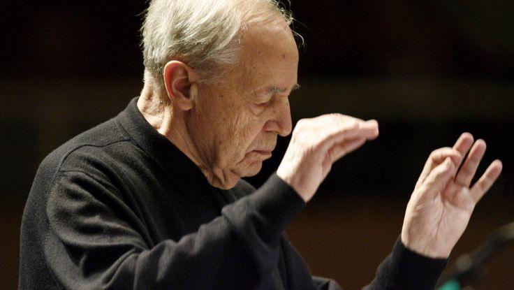 ARCHIV- Der französische Dirigent und Komponist, Pierre Boulez, dirigiert am 17.10.2008 in Donaueschingen (Baden-Württemb