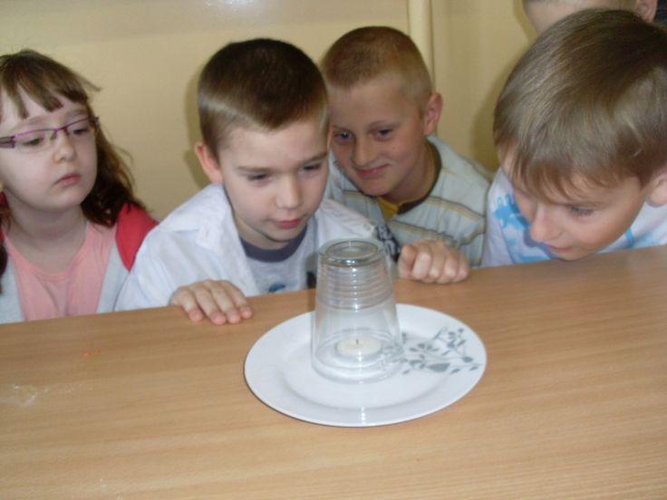 CZY WODA MOŻE PŁYNĄĆ DO GÓRY?  Potrzebne są:szklanka, talerz, świeczka, zapałki