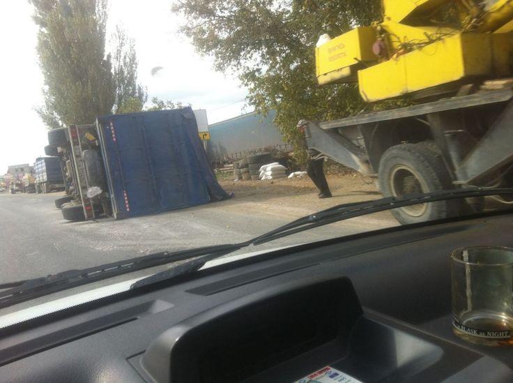 Под Симферополем перевернулся грузовик с прицепом  Под Симферополем, в районе поселка Давыдовка, в пятницу, 7 октбяря, произошла авария: перевернулся грузовик с прицепом.