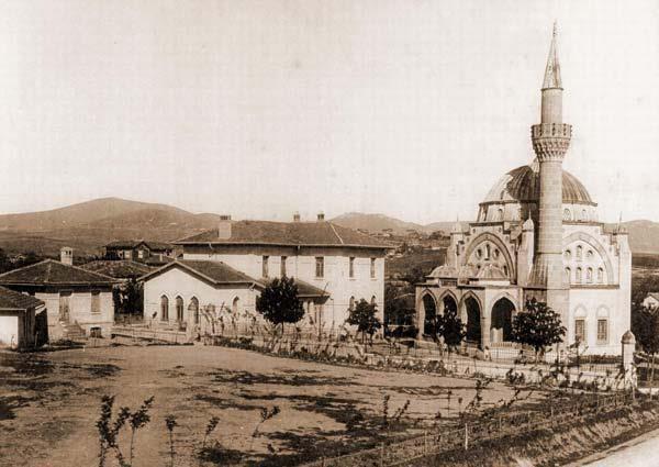 Bostancı kuloğlu camii,yanındaki binada eski ilkokul.