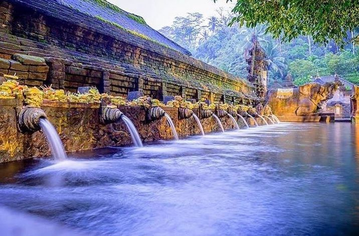 Located only 2.5 hours from our sister resort @thecamakila within the Tampaksiring district, the Tirta Empul Temple is renowned for being home to the island's sacred spring. Don't miss the opportunity to catch a glimpse of this beauty!   #thetanjungbenoabeachresortbali #thetanjungbenoa #TheTaoBali #bali  Picture by: @pandhe_wisnu