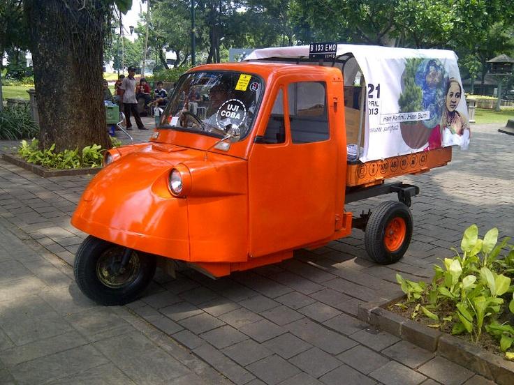 An Electric Daihatsu Trimobile - experiment by aikon.org