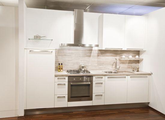 Regelmatig krijgen wij op de redactie de vraag of we meer voorbeelden en ideeën hebben voor de kleinere keuken. En terecht want ook in een kleine ruimte kan je een prima keuken maken. Hier vind je een aantal ideeën die kunnen helpen je keuken ruimtebesparend in te richten en natuurlijk voorbeelden van kleine keukens.