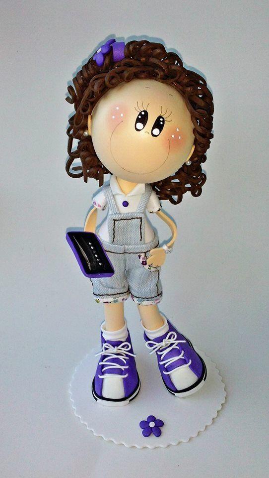 Muñeca fofucha, niña con peto y tablet