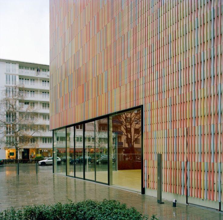 Construído pelo Sauerbruch Hutton na Munich, Germany O Museu Brandhorst abriga uma substancial coleção privada de arte contemporânea do final do século 20, a maioria send...
