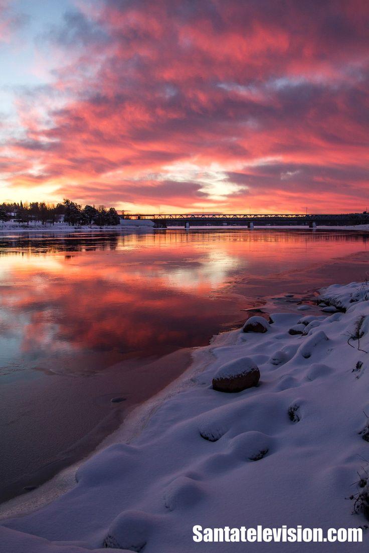 Le coucher de soleil à Rovaniemi, en Laponie finlandaise, au début de l'hiver