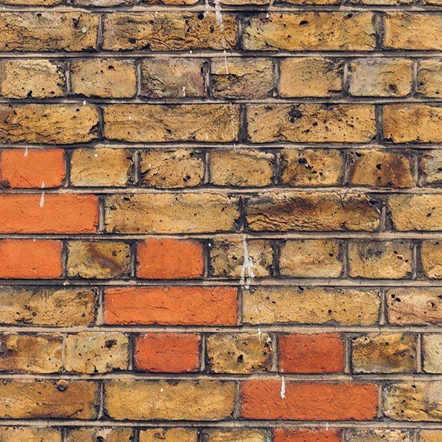 Beginne den Tag mit einer Mauer  Shoreditch 2016 #shoreditch #wall #brickwall #london #england #detail #texture #noshaddowonthewall #englishbrickwall #bricklane #dslrphotography #dslr #canon #photography #photooftheday #photo #picoftheday #pictureoftheday #austrianphotographer #austrianphotographers #austrianart #kunsttirol