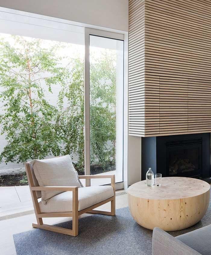 Wohnzimmermöbel aus hellem Holz und Zugang zur Terrasse