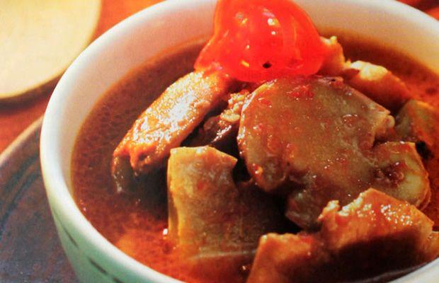 Jengkol ini memang makanan khas Indonesia. Resep Semur Jengkol Geprek ini adalah variasi dari semur jengkol khas Betawi yang biasa disajikan di saat-saat istimewa seperti akhir pekan atau hari raya. Meski berbau khas, jengkol rasanya gurih dan renyah. Manisnya Kecap Bango menambah kelezatannya.