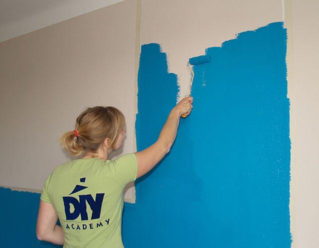 Mut zur Farbe - Schritt für Schritt zum Wohlfühl-Raum!  Wenn auch deine Wände nur in Weiß erstrahlen, was zwar hell, aber auch ein wenig langweilig ist, solltest du bei der nächsten Renovierung Farbe ins Spiel bringen.