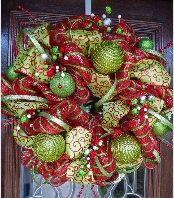 Corona decorativa navideña con esferas y malla