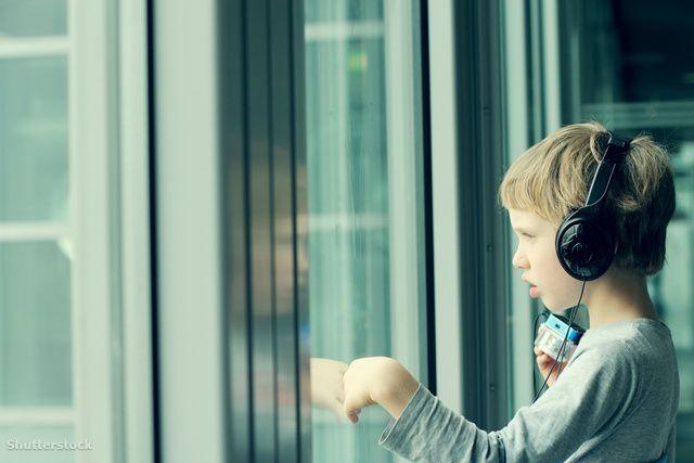 Az autizmus kifejezés hallatán egészen különféle dolgokra gondolhatunk: van, aki súlyos, intézetben ápolt, értelmi fogyatékos gyerekekre asszociál, és van, aki társaságban kissé ügyetlen matekzsenikre. Ez nem véletlen, hiszen az autizmus úgynevezett spektrumzavar, ami azt jelenti, hogy nagyjából a fenti két véglet között bármilyen előfordulási típusa, fokozata megtalálható.
