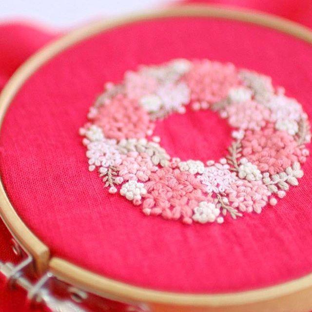 * . ピンクの紫陽花リース . . #刺繍#手刺繍#ステッチ#手芸#embroidery#handembroidery#stitching#needlework#자수#broderie#bordado#вишивка#stickerei