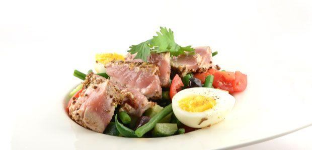 Salade niçoise recept - Supersnel gezond 1/2 komkommer, in stukjes 150 gram tomaten, in stukjes 350 gram (haricoverts), schoongemaakt 2 eetlepels zwarte olijven 2 stuks tonijn, 250 gram 2 eieren, olijfolie, zout en peper korianderzaad, fijngemalen in een vijzel een beetje Italiaanse gedroogde kruiden