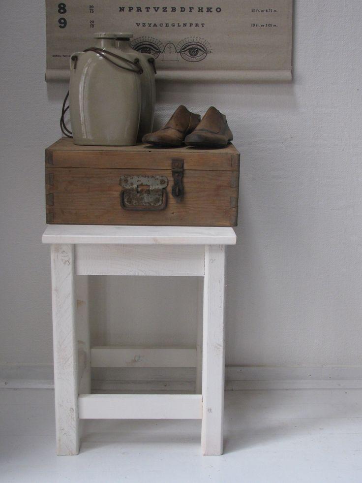 wit bijzet tafeltje met oud houten kistje en oude veldflessen met schoenmallen  www.desoetelaer.nl
