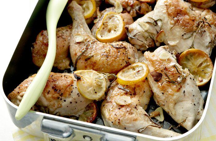 Kyckling i ugn är perfekt vardagsmat. Tillaga kyckling och potatis, rotfrukter eller annat tillsammans i ugnen.