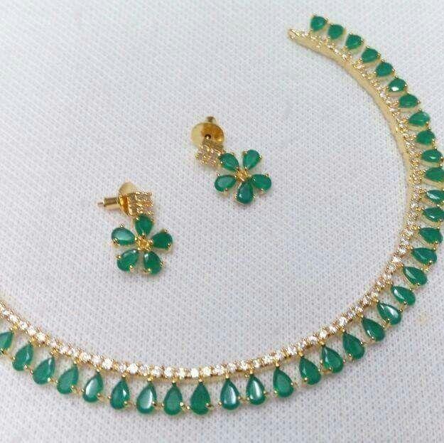 Simple emarald necklace