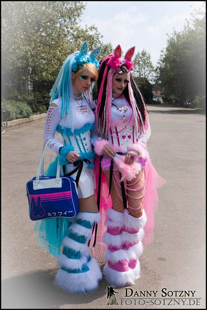 """Wave Gotik Treffen 2010 am Eingang des AgraParks / in der Innenstadt von Leipzig"". (Danny Sotzny) Bubble-Gum #Goth girls perhaps or Kawaii, both cute."