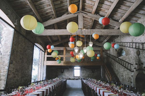 long tables and paper lanterns http://weddingwonderland.it/2015/05/matrimonio-rockabilly-colorato.html