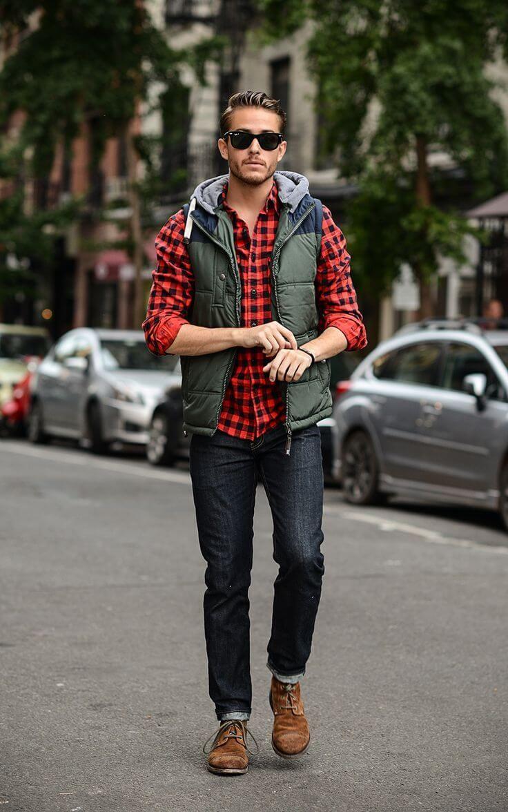 赤×黒チェックシャツにダウンベストを合わせた着こなし