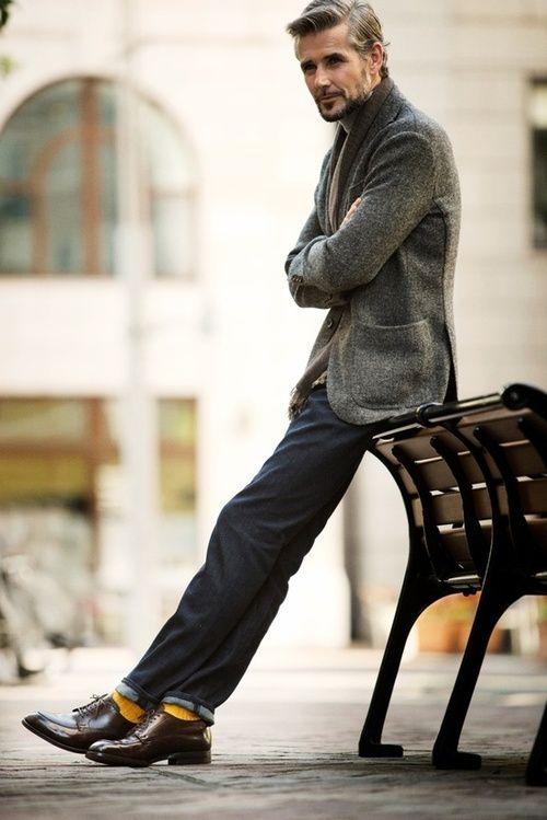 Capelli grigri, giacca e jeans