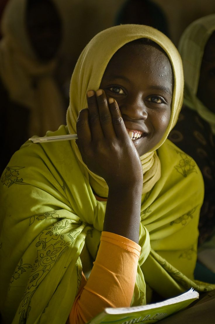A Sudanese refugee in Chad follows a Literature class in Oure Cassoni camp.  UNHCR /