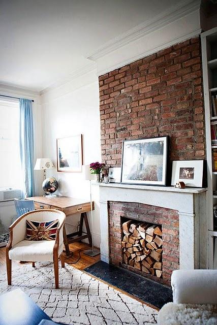 brick wall / pared de ladrillos expuestos