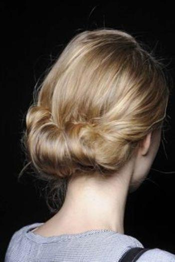 シニヨンとしてひとつにまとめるだけでなく、広範囲に髪を巻き込んだアレンジシニヨンスタイル。カジュアルなスタイルにも合わせやすいまとめ方です。