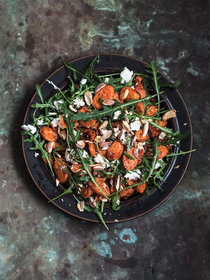 Ristet gulerodssalat med rucola, feta & saltmandler – Emma Martiny