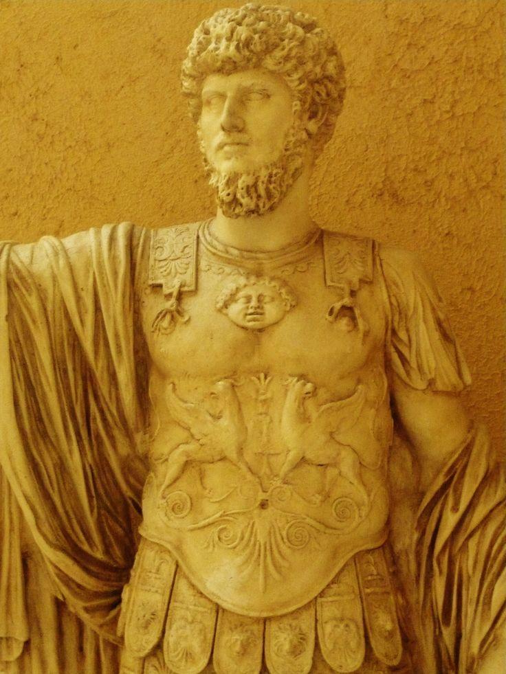 Standbeeld met griffioenen op het borstkuras (50-75nC). Het hoofd is van Lucius Aurelius Verus, die samen met Marcus Aurelius van 161-169 keizer van het Romeinse rijk was. Beeldhouwers in de Romeinse tijd, die snel een beeld moesten maken, gebruikten vaak een bestaand beeld, waarvan ze alleen het hoofd vervingen.