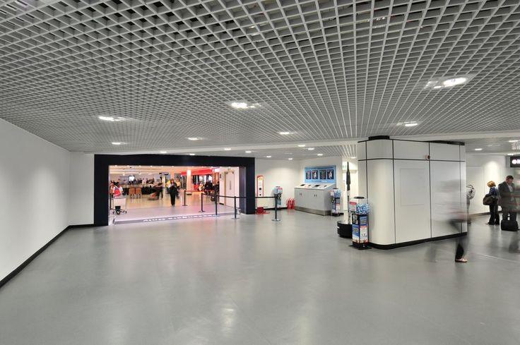 Birmingham Airport, Armstrong, sufity podwieszane, ceiling, sufit akustyczny, acoustic, lotnisko, Metal Cellio