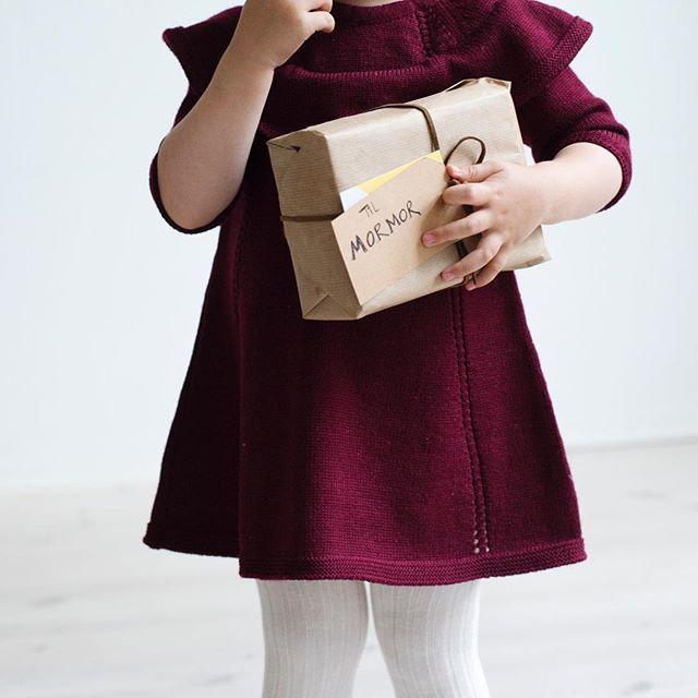 Kjære mormor. Jeg ønsker meg denne julekjolen. Jeg kan enten ha den på - eller pakke den opp på julaften. Du kan strikke selv. Eller kjøpe ferdig. Du er sjefen. (Men vil du sistnevnte så skynd deg bittelitt, for den kommer bare i et begrenset antall og fyker ut her). || Ministrikk ready to wear. Via Lillelam.no. #ministrikkforlillelam #morell