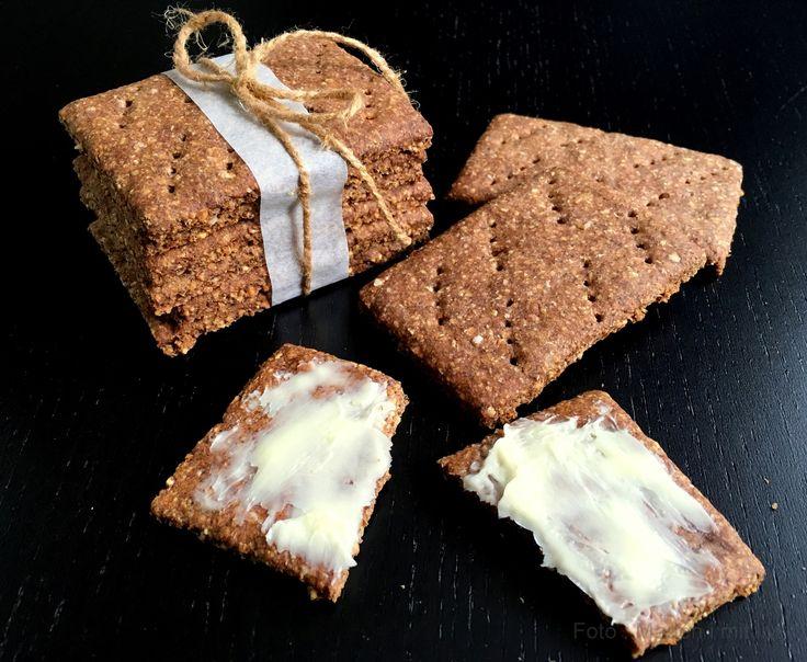 Herhjemme er vi ret vilde med kanelknækbrød – de der runde, I ved nok, som smager lidt sødt. Vi spiser dem som snacks og små mellemmåltider – Morten spiser gerne 1-2 stykker inden en løbetur, ligesom jeg ofte har et par stykker med i min madpakke,hvis jeg er i skole og i grunden ved jeg …