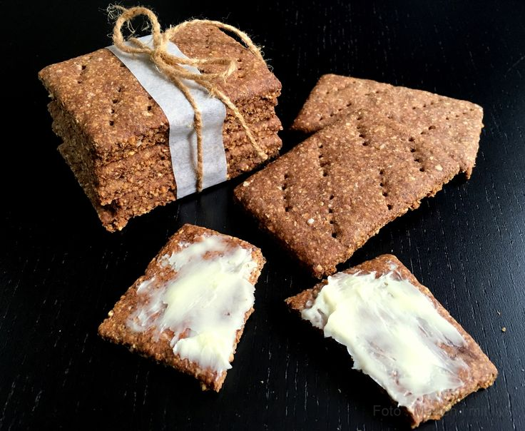 Herhjemme er vi ret vilde med kanelknækbrød – de der runde, I ved nok, som smager lidt sødt. Vi spiser dem som snacks og små mellemmåltider – Morten spiser gerne 1-2 stykker inden en løbetur, ligesom jeg ofte har et par stykker med i min madpakke, hvis jeg er i skole og i grunden ved jeg …