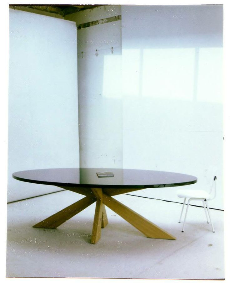 De ovale tafel Longlegs is het bekendste ontwerp van Arp. Een mooie en vooral praktische tafel. Want dankzij de kruispoot in het midden, is de beenruimte overal maximaal. De Longlegs is ideaal als eettafel, maar ook als vergadertafel. Deze design ovale tafel is verkrijgbaar in verschillende formaten en afwerkingen, van massief hout tot strak gespoten MDF. Sinds kort hebben wij ook een adres in Belgie waar u de tafel kunt zien! Stuur hiervoor een mail naar info@arpdesign.com.
