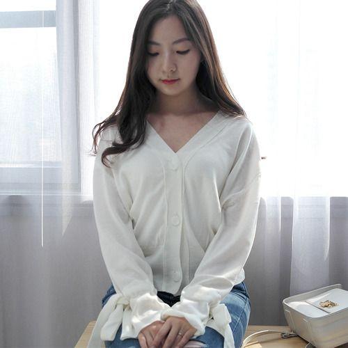 리본 소매가 매력적인 가디건입니다! 단독으로 브이넥처럼 입는것을 추천드리고 아니면 기본티에 걸쳐도 괜찮을 것 같습니다 :) 치마에 입어도 여성스럽게 잘어울릴것같아요!