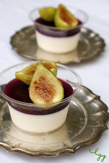 Panna cotta con gelatina di uva nera e fichi caramellati