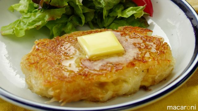 肉は少なくても...この食べごたえ! つかえるっ! ■食材(2個分) ・じゃがいも:3個(300g) ・鶏ささみ:2本(80g) ・片栗粉:大さじ2杯 ・とろけるチーズ:50g ・塩:ひとつまみ(じゃがいも用) ・塩こしょう:少々 ・サラダ油:大さじ2杯 ・バター:10g ■下ごしらえ ・鶏ささみは余分な皮と...